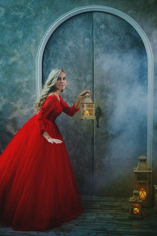 красное пышное длинное платье