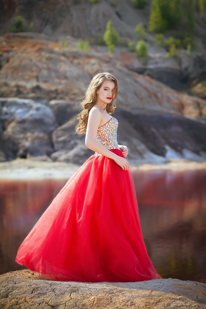 красное пышное платье с камнями и стразами напрокат екатеринбург